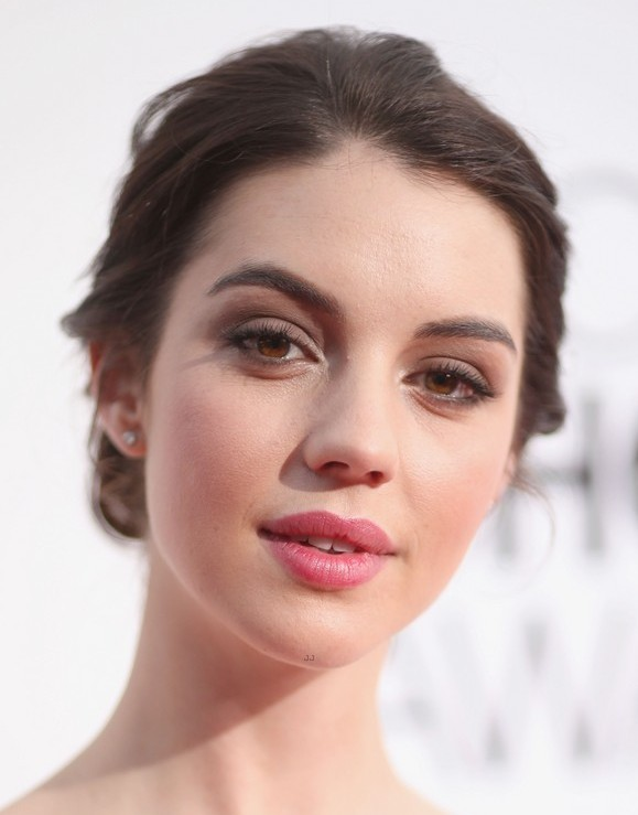 adelaide-kane-people-choice-awards-2014-red-carpet-02