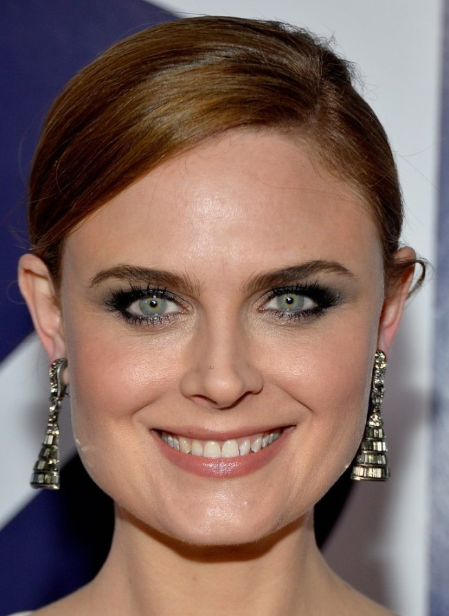 emily-deschanel-peoples-choice-awards-2014-red-carpet-11