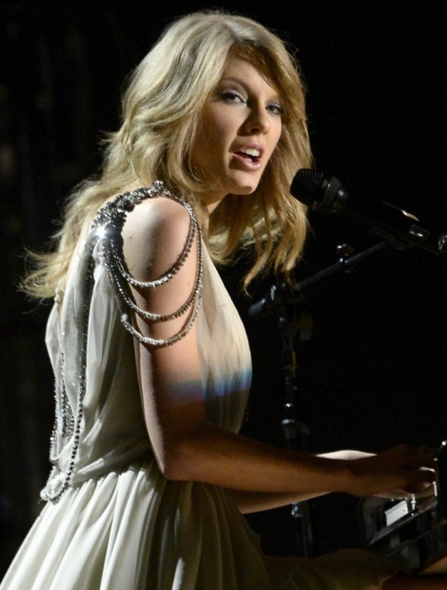 taylor-swift-performs-all-too-well-at-grammys-2014-video-02