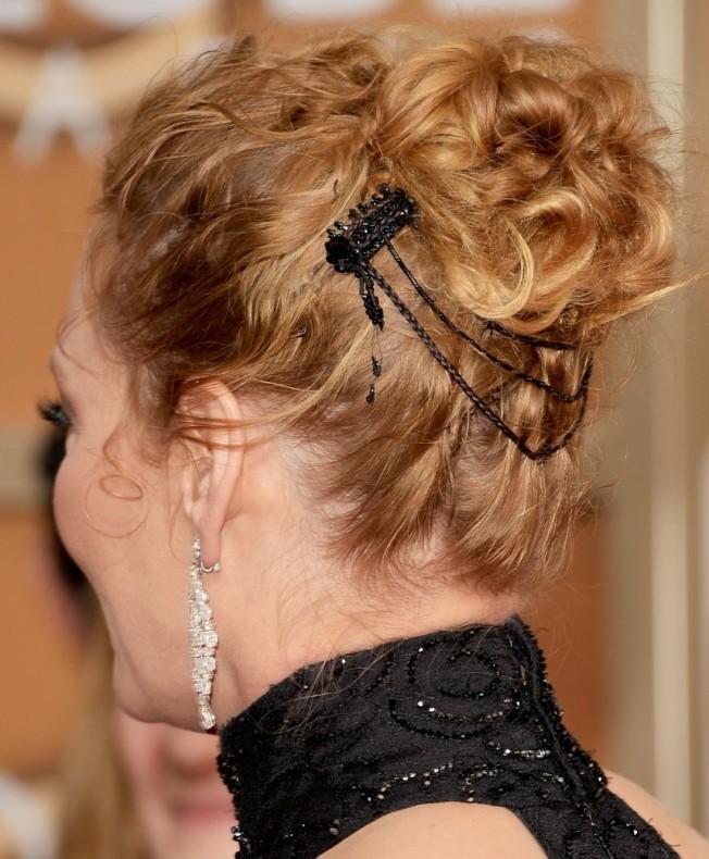 uma-thurman-chris-evans-golden-globes-2014-presenters-19Uma is wearing an Atelier Versace dress and Chopard earrings.